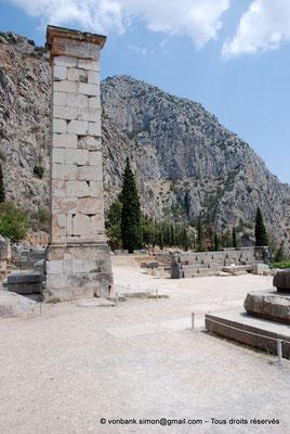 [NU901-2008-0187] GR - Delphes - Temple d'Apollon : Pilier de Prusias de Bithynie (face Ouest)