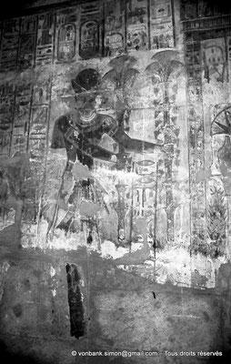 [NB078-1973-14] Karnak - Temple de Khonsou : Ramsès IV offrant des fleurs à Khonsou (salles latérales)
