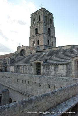 [NU001i-2018-0081] 13 - Arles - Saint-Trophime - Cloître : Depuis la partie Est du toit-terrasse, vue sur le clocher (XII°)