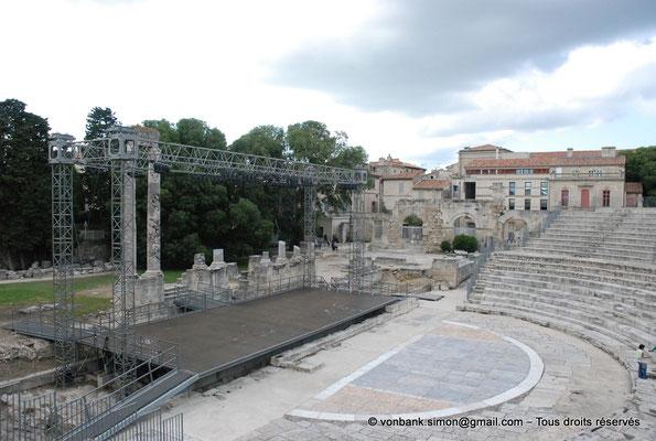 [NU001i-2018-0045] Arles (Arelate) - Théâtre : Orchestra, scène et deux colonnes du mur de scène - Vue parielle sur les gradins