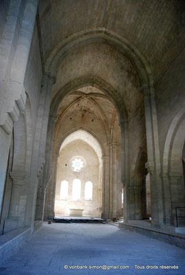 [NU003-2017-053] 13 - La Roque d'Anthéron - Abbaye de Silvacane : Nef principale - Au fond, le choeur et son chevet plat