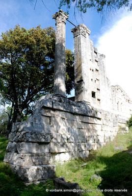 [NU001b-2018-0004] Vernègues (Alvernicum) : Colonne cannelée et pilastre lisse surmontés de chapiteaux à feuilles d'acanthe