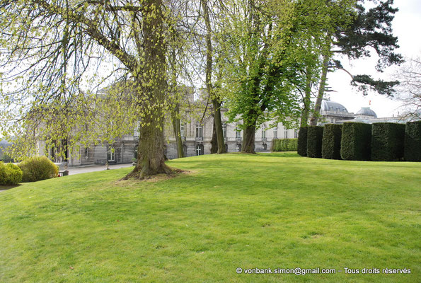 [NU900c-2012-0080] B - Bruxelles - Laeken : Serres royales - En arrière-plan, l'aile gauche du Palais
