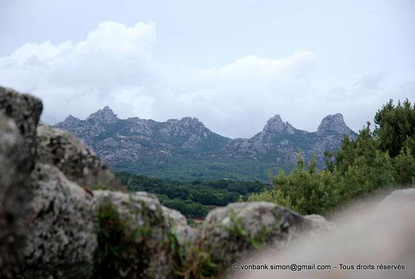 [NU904-2015-124] Nuraghe Majori (Sardaigne) : Depuis le sommet du Nuraghe, vue sur le Mont Limbara