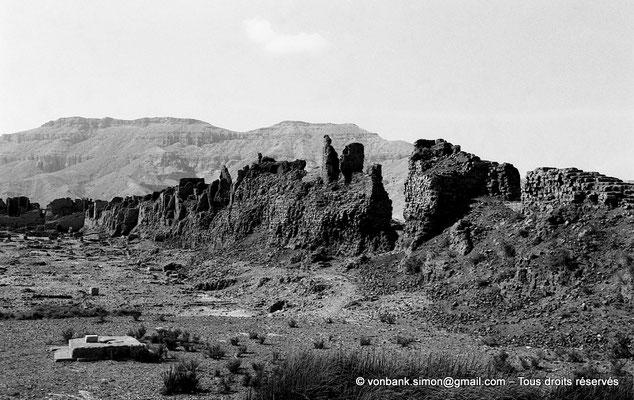 [NB086-1981-61] Medinet Habou : Ruines du mur massif en grosses briques crues servant d'enceinte au site