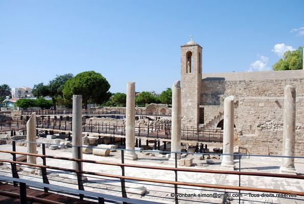 [NU900-2012-098] Paphos (Nea Paphos) : Ruines de la Basilique paléochrétienne Panayia Chrysopolitissa - en arrière-plan, l'Église Agia Kyriaki Chrysopolitissa