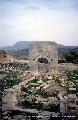 [004-1983-06] Ksour Abd el Malek (Uzappa) : Face arrière de la porte d'entrée du temple de Liber Pater