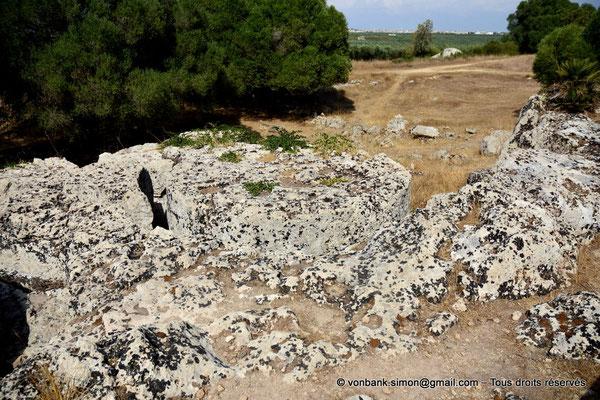 [NU906-2019-1524] Cave di Cusa : Burinage vers le bas autour de la circonférence préalablement tracée d'un tambour de colonne