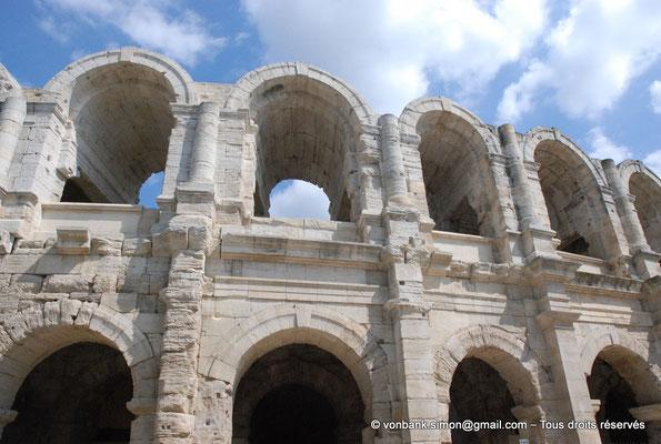 [NU001k-2018-0038] Arles (Arelate) - Amphithéâtre : Vue partielle de la façade Ouest
