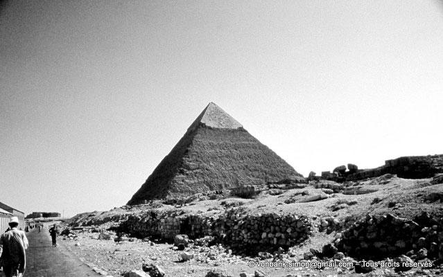 [083-1973-21] Gizeh - Khéphren : La pyramide du Roi - Son sommet a conservé son revêtement lisse de calcaire blanc de Tourah