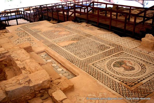 [NU900-2012-004] Kourion (Curium) : Maison d'Eustolios - Salle centrale des bains, sol en mosaïque comportant quatre beaux panneaux