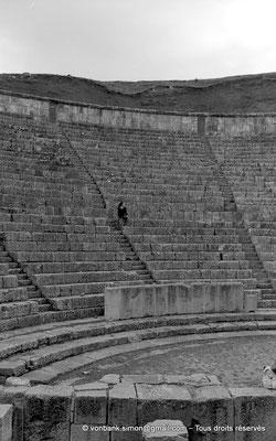 [NB033-1978-15] Djemila (Cuicul) : Théâtre - Orchestra et cavea (vue partielle)