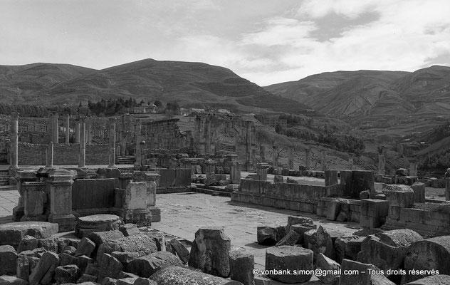 [NB059-1978-15] Djemila (Cuicul) : Forum - Au sol, cylindres des colonnes du Capitole - Autel monumental, socles de statues et fontaine