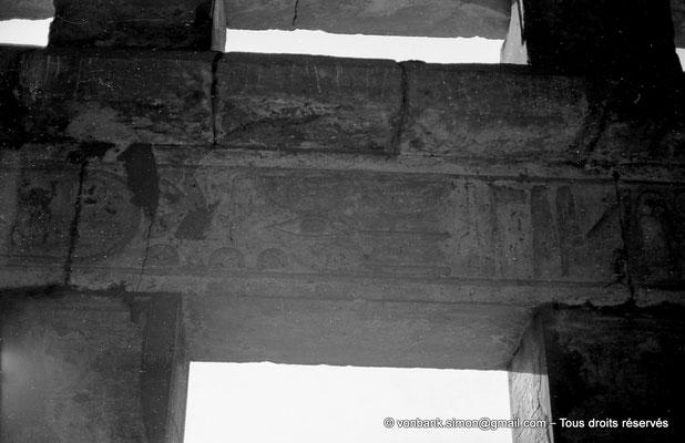 [NB074-1973-06] Karnak - Akh-Menou : Linteau posé sur piliers carrés (salle des fêtes)