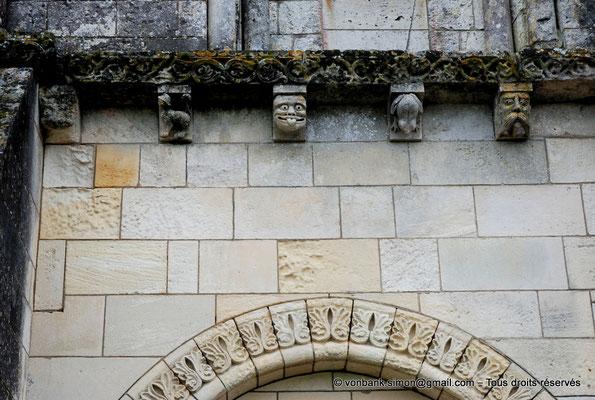 [NU904-2015-0062] 17 - Sainte-Gemme - Façade occidentale : Modillons situés au-dessus de la baie aveugle Sud