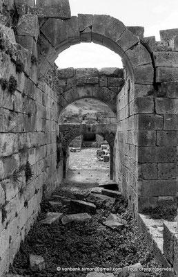 [NB024-1978-03] Khemissa (Thubursicu Numidarum) : Le théâtre, couloir oriental de l'orchestre