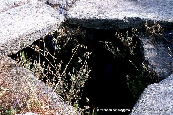[072-1978-26] Annaba (Hippo Regius) : Croisement de rues - Sous les dalles centrales, le tout-à-l'égout