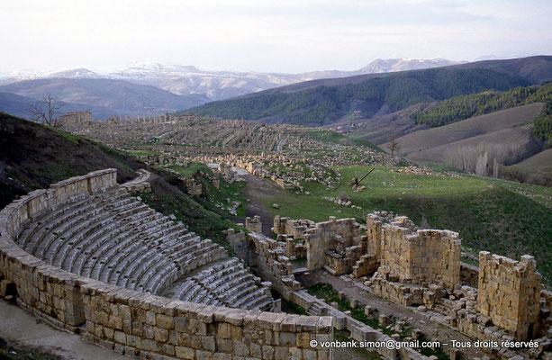 [013-1984-03] Djemila (Cuicul) : Théâtre - Mur de clôture, cavea, scène et son mur