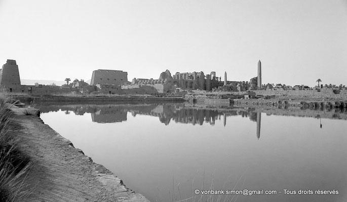 [NB074-1973-34] Karnak - Lac sacré : En arrière-plan du lac, Pylône VII, cour de la cachette, pylône I, salle hypostyle et les obélisques de Thoutmôsis Ier et d'Hatchepsout