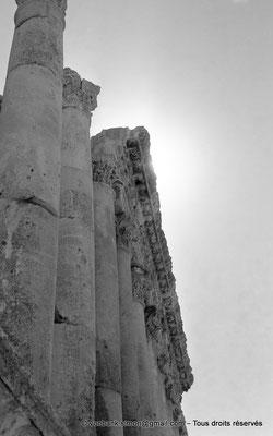 [NB071-1973-04] Baalbek : Temple de Bacchus - Colonnade extérieure
