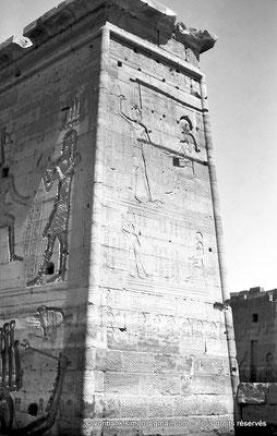 [NB076-1973-69] Philae : Temple d'Isis (parties supérieures de la façade Est) - Pylône 1