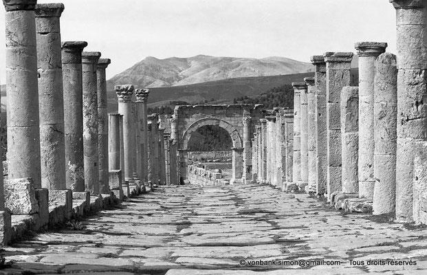 [NB031-1978-05] Djemila (Cuicul) : Grande rue bordée de colonnades - Face Sud de l'arc ouvrant sur le cardo maximus