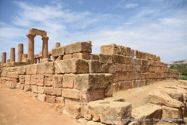 [NU906-2019-1546] Agrigente - Temple d'Héra (Junon) : Angle Sud-Est du vaste autel situé devant la face Est du temple