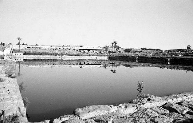 [NB074-1973-32] Karnak - Lac sacré : Vue en direction de l'Est - En arrière-plan, estrade pour les spectateurs du son et lumière