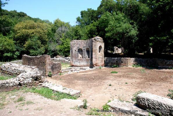 [NU902-2010-112] Butrint (Buthrotum) : Fontaine (Gymnase converti par la suite en lieu de culte ?)
