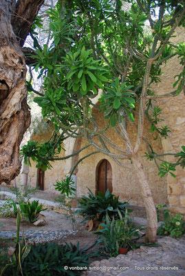 [NU900-2012-0167] Agia Napa : Galerie extérieure à arcades du monastère (vue partielle)