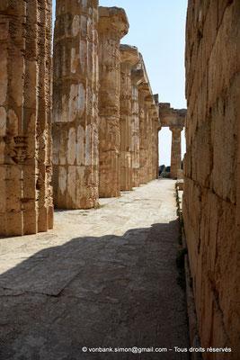 [NU906-2019-1469] Sélinonte - Temple E : Passage entre les colonnes (face Nord) et le mur de l'opisthodome