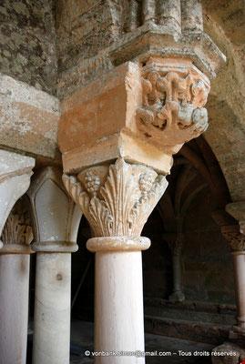 [NU002f-2016-0419] 11 - Fontfroide : Salle Capitulaire (ou salle du Chapitre) - Chapiteau vu depuis le cloître