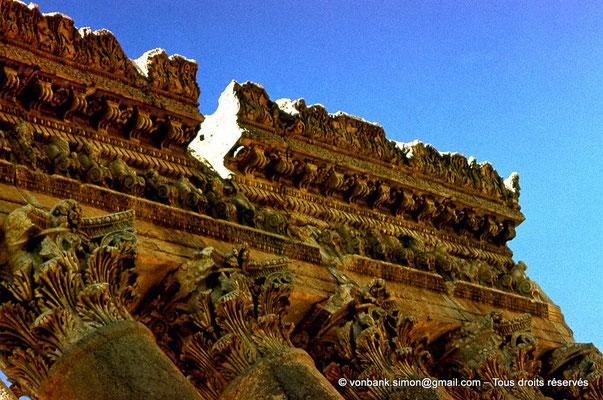 [085-1973-08] Baalbek : Temple de Bacchus - Chapiteaux et architrave du bas-côté (détail)