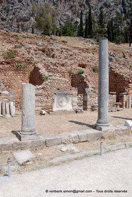 [NU901-2008-0143] GR - Delphes - Sanctuaire d'Apollon : Portique Nord (vue partielle, Agora romaine) - Présence de pierres gravées d'une croix provenant d'une église non localisée