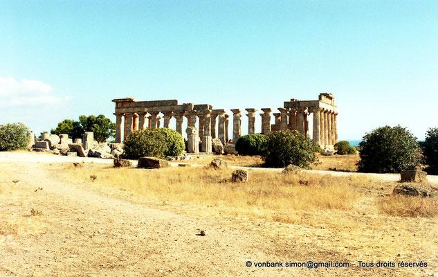[C003-2005-04a] Sélinonte - Temple F : Ruines - En arrière-plan, le temple E (faces Ouest et Nord)