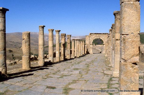 [001-1983-17] Djemila (Cuicul) : Grande rue bordée de colonnades - Face Sud de l'arc ouvrant sur le cardo maximus