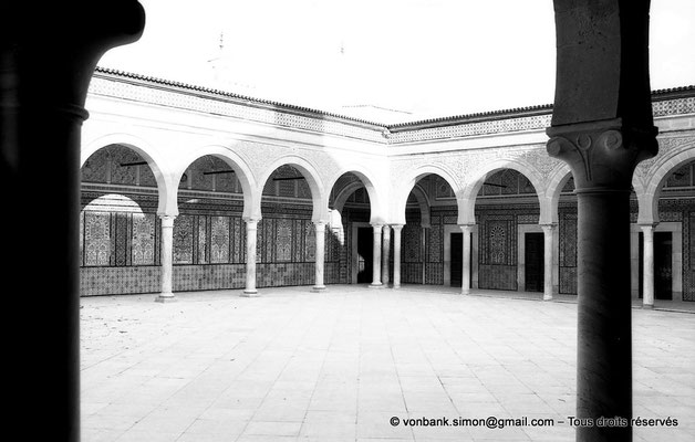 [NB012-1981-17] Kairouan : Mosquée du Barbier (Mausolée de Sidi Sahab) : Cour à portiques précédant la salle funéraire
