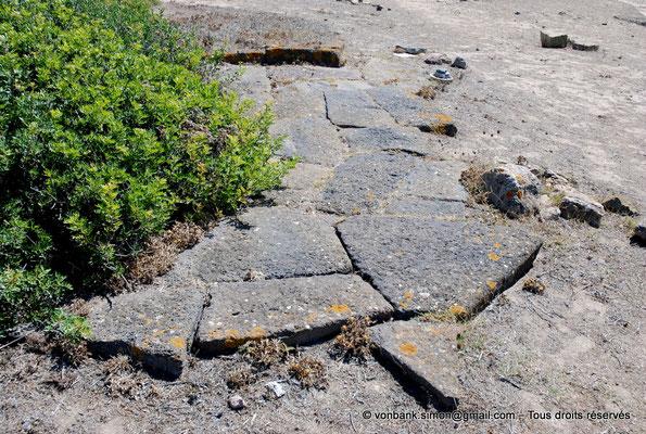 [NU904-2015-209] Tharros (Sardaigne) : Vestiges d'un pavement de rue (colline Su Muru Mannu)