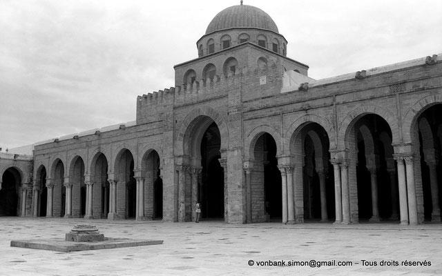 [NB015-1981-14] Kairouan : Mosquée Oqba Ibn Nafi - Portique Sud - Au premier plan, margelle de puisage de l'eau dans la citerne souterraine