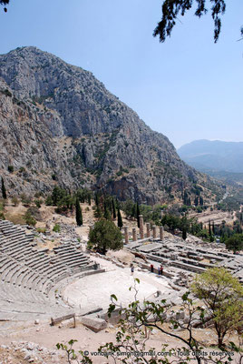[NU901-2008-0172] GR - Delphes - Théâtre : Orchestra et Cavea (vue partielle) - en bas, le temple d'Apollon - en arrière-plan, le mont Parnasse