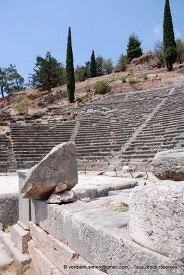 [NU901-2008-0165] GR - Delphes - Théâtre : Cavea (vue partielle)
