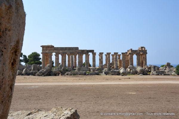[NU906-2019-1441] Sélinonte - Temple E : Face Nord, vue prise depuis le Temple G - Au premier plan, ruines du temple F