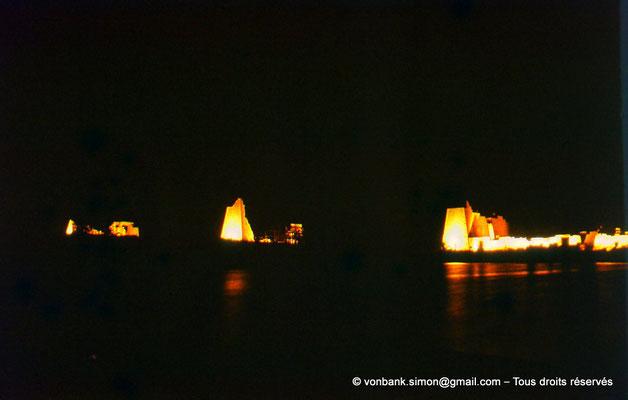 [081-1973-30] Karnak - Son et lumière : Derrière le lac sacré (non visible), de gauche à droite, les pylônes X, IX et VIII puis cour de la cachette