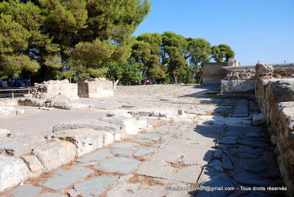 [NU905-2011-151] Cnossos (Crète) : Cour pavée de l'entrée occidentale