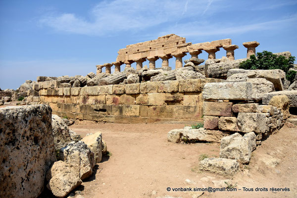 [NU906-2019-1486] Sélinonte : Ruines du temple R - En arrière-plan, le temple C dédié à Apollon