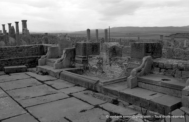 [NB042-1978-21] Timgad (Thamugadi) : Latrines publiques et fontaine