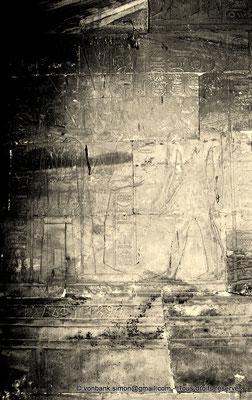[NB086-1981-03a] Louxor - Temple d'Amon-Rê : Chambre de la barque d'Amon (détail paroi Est) - Alexandre monte l'escalier qui le mène devant Amon-Rê Kamoutef qui lui donne les années d'Atoum