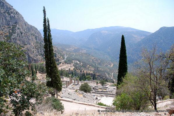 [NU901-2008-0174] GR - Delphes - Temple d'Apollon : Vue plongeante (gradins Est du théâtre et temple) - sur la gauche, le mont Parnasse