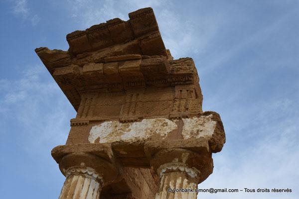 [NU906-2019-1607] Agrigente - Temple des Dioscures (Castor et Pollux) : Partie haute de l'angle Nord-Ouest du temple