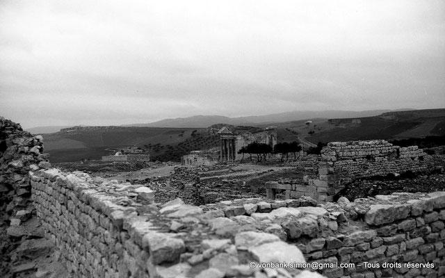 [NB030-1978-20] Dougga (Thugga) : Le Capitole - En arrière-plan, petite mosquée construite sur les ruines du temple de la Fortune